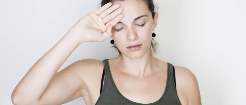 Zena, glavobolja, vrucina
