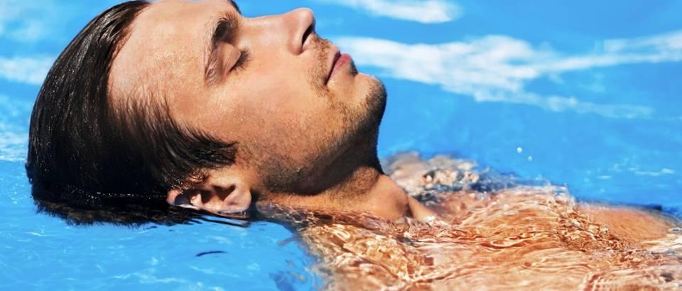 Muškarac bazen plivanje more opuštanje