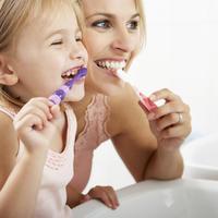Mama i kćer pranje zubi shutterstock 284497271