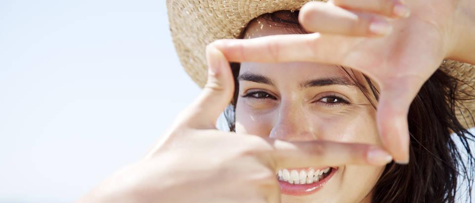 Lice smijeh ljeto sunce ruke pristi zena sesir vrucina mladi shutterstock 112708192