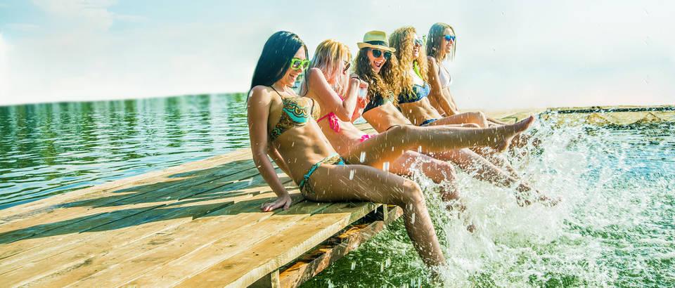rijeka, more, ljeto, prijateljice, Shutterstock 391456354