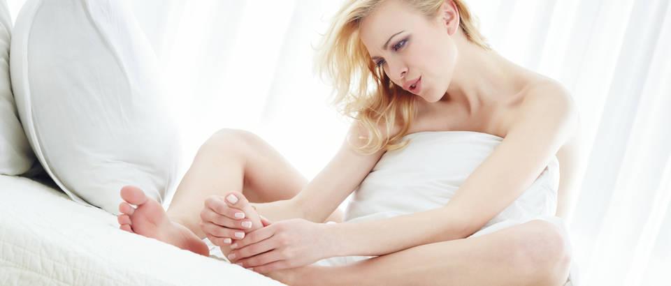 žena noge krevet njega nogu shutterstock 45636016