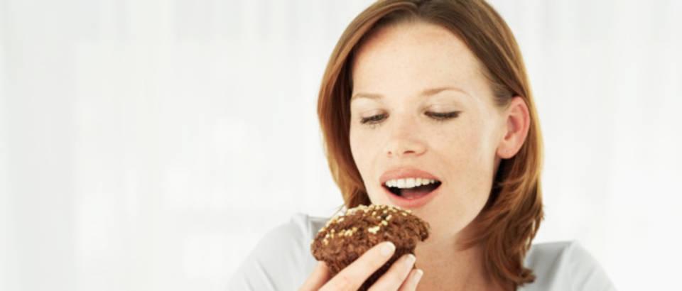 zena-jede-kolac-debljina-mrsavljenje-slatko-cokolada1