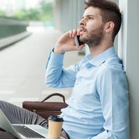 Muškarac posao telefon mobitel laptop internet kava odmor shutterstock 168075194