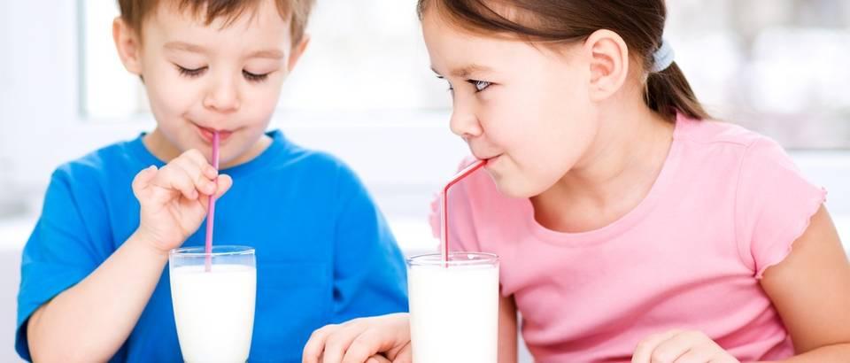 mlijeko, djeca piju mlijeko, shutterstock