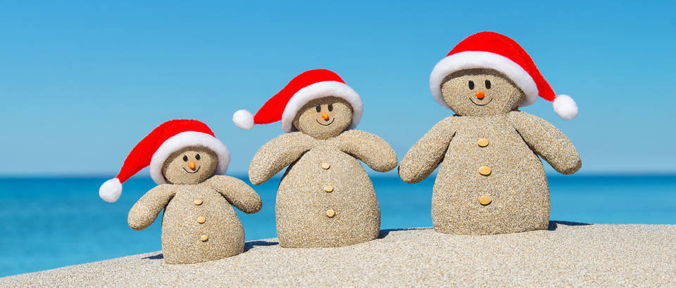 Božić toplo vrijeme snjegovići pijesak shutterstock 353685872