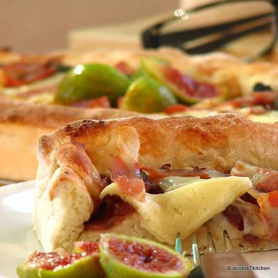 pizza sa slatkim od luka i smokava