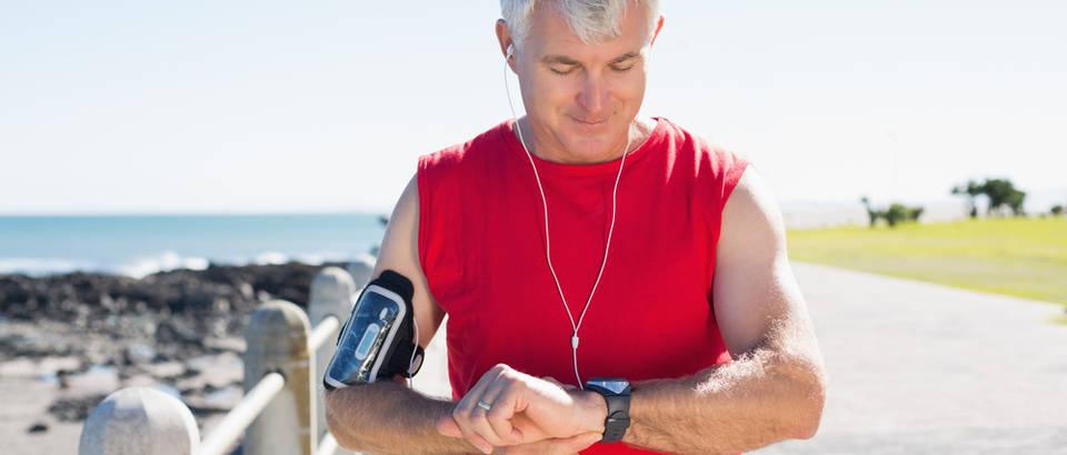 Stariji muškarac fit fitness srce srčani problemi trčanje shutterstock 210822808