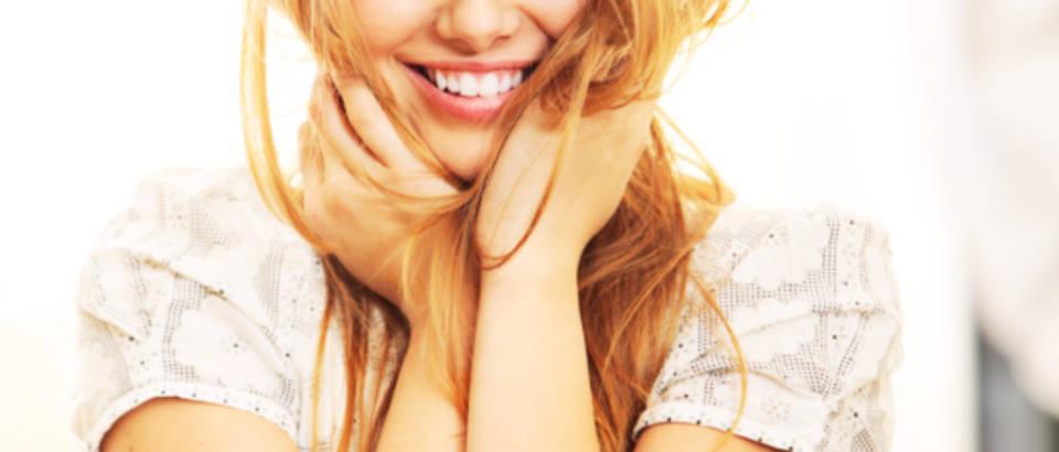 zena-sretna-osmijeh-kosa-njega-lijepa