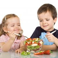 djeca-jedu-salata-voce-2-dijete-hrana