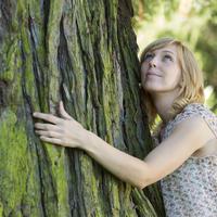 Drvo priroda zena izlet ljeto opustanje stablo kora shutterstock 115048675