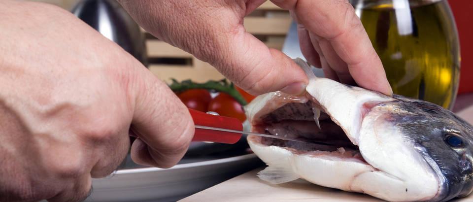 orada, ciscenje ribe,Shutterstock 154023719