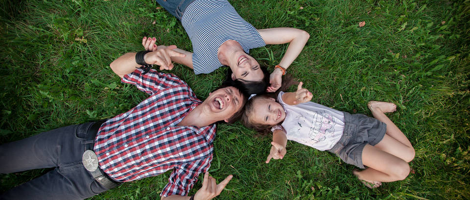 Sretna obitelj dijete shutterstock 218254159
