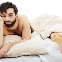 Zabrinuti muškarac krevet