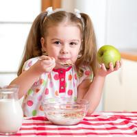 Djeca prehrana zitne pahuljice zitarice mlijeko jabuka djevojcica dorucak shutterstock 233756293
