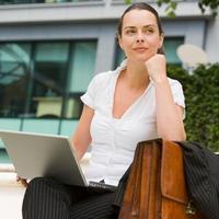 zena-posao-rad-laptop-sanjarenje-sreca-uspjeh-razmisljanje
