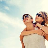 Ljubav dvoje par mladi ljeto veza brak ljetovanje putovanje sunce naočale shutterstock 274030400