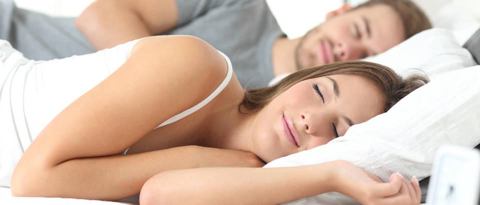 Spavanje krevet madrac jastuk dvoje par snovi žena odmor shutterstock 316139723