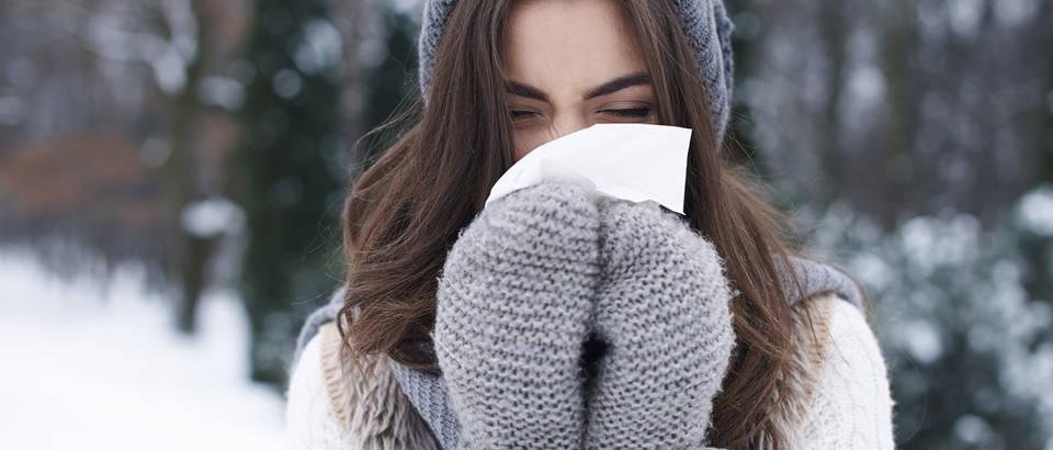 Prehlada zima nos shutterstock 215716084