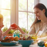 Majka kćer obrok voće shutterstock 377873308