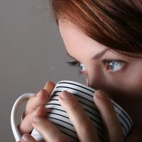 zena-piti-caj-kava