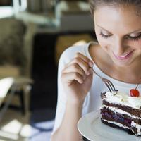 Torta, zena jede, slatko, kolac
