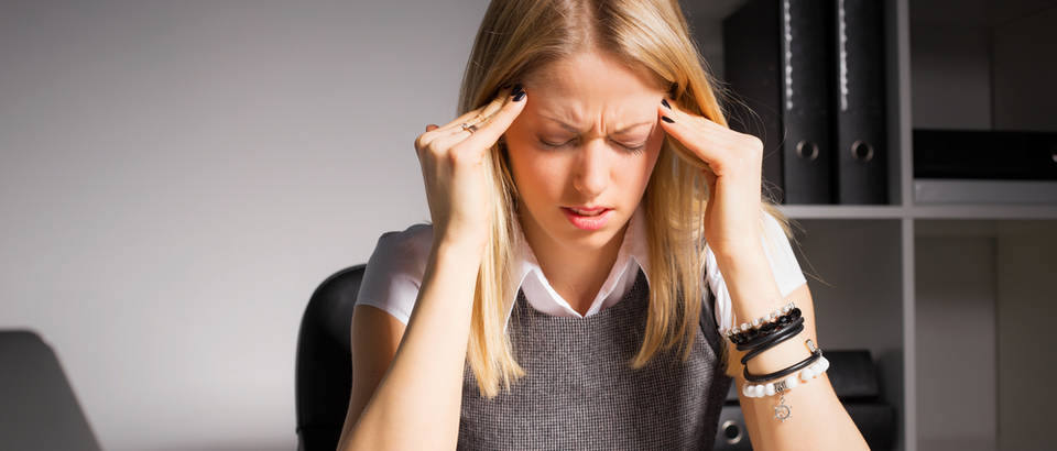 Bol glavobolja umor posao ured žena stres glava shutterstock 357734852