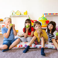 djeca, jabuka, Shutterstock 494791411