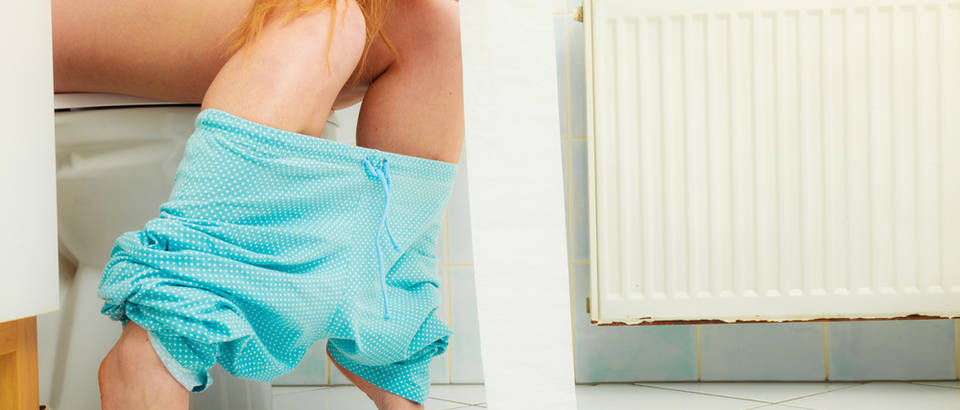 Mokrenje žena wc toalet shutterstock 272962121