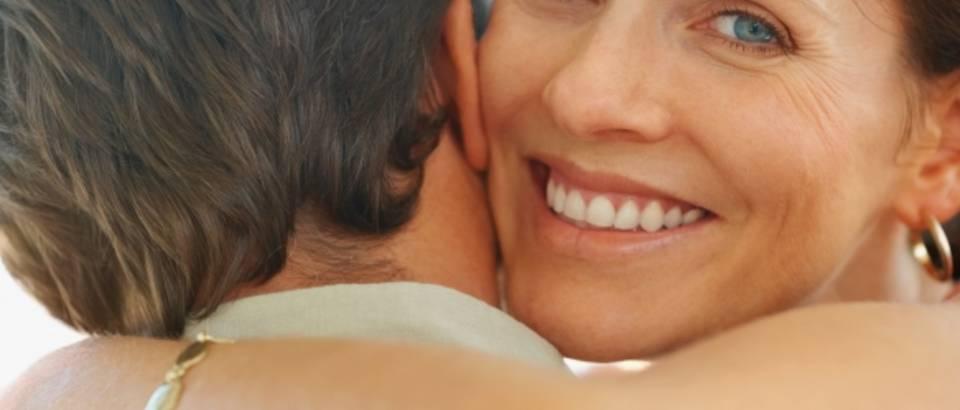 par-sreca-ljubav-zagrljaj-brak4