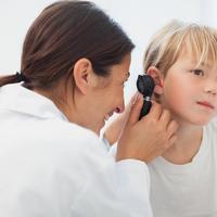 Upala uha liječnik djevojčica dječak