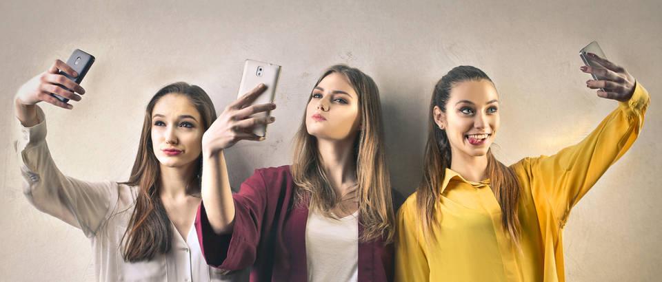 Selfie tinejdžeri djevojke shutterstock 411873463