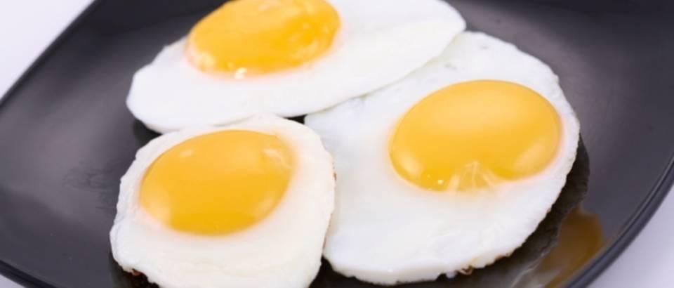 crni tanjur, jaje na oko, dorucak