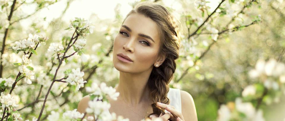 Proljeće ljepota žena cvijeće zrak sunce priroda zelenilo shutterstock 194782097