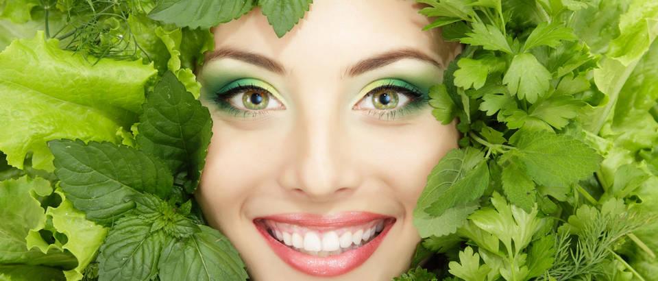 zacinsko bilje zacini klorofil zeleno povrce zena smijeh zubi Shutterstock 80288563