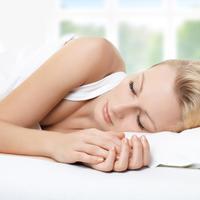 Spavanje san snovi krevet zena odmor posteljina jastuk shutterstock 66030463