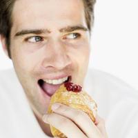 Muskarac jede, dorucak, slatko, marmelada, pekmez, pecivo