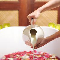 Kupka kupanje kada mlijeko koža ljepota ruke ruža latice shutterstock 107325488