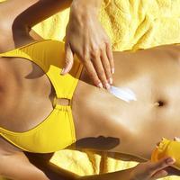 Ljeto plaža sunčanje krema žena trbuh