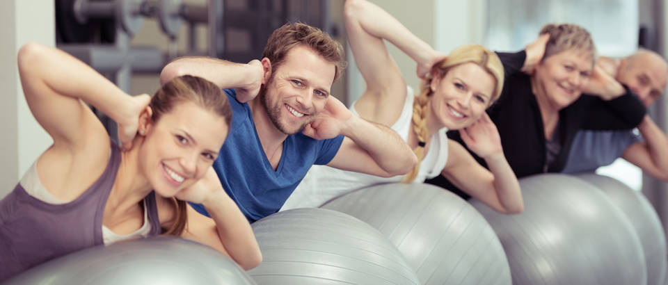 Vježbanje stari i mladi pilates shutterstock 244733596