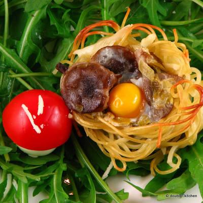 gnijezda sa sumskim gljivama i prepelicjim jajima