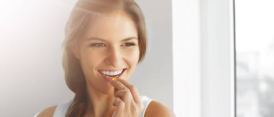 Vitamin D žena djevojka dodatak prehrani shutterstock 338422418