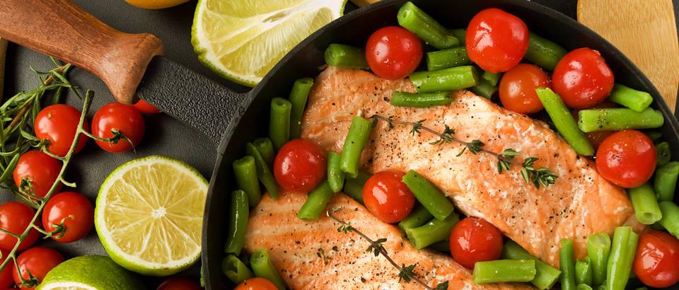 Mahune rajčica meso piletina riba začini pečeno pečenje tava shutterstock 94768165