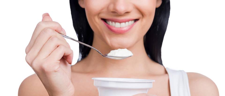 Jogurt kefir probiotici mliječni proizvodi proteini zubi nokti žena koža ljepota prehrana shutterstock 237799006