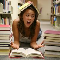 stres, ucenje, knjige, knjiznica, studentica