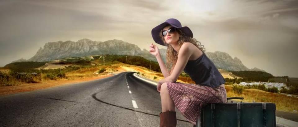 putovanje zena s koferom