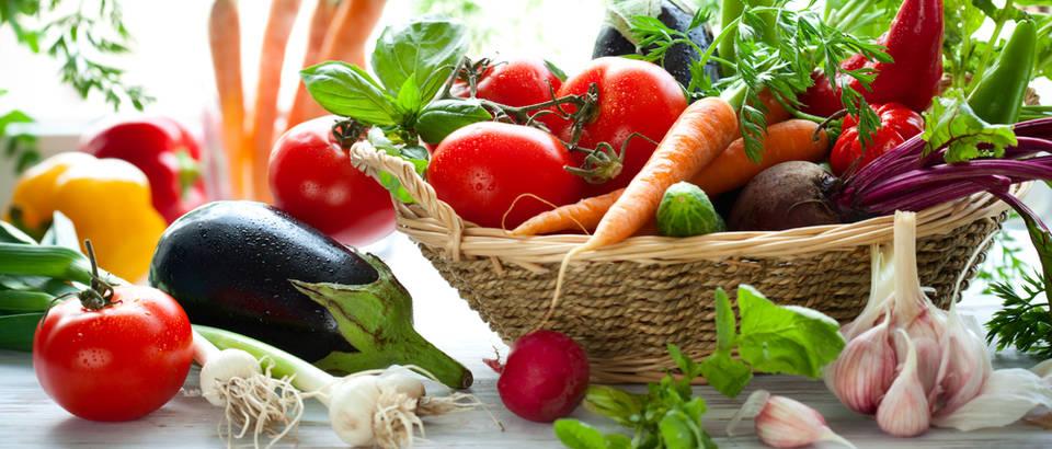 Povrće rajčica patlidžan mrkva češnjak shutterstock 54667543