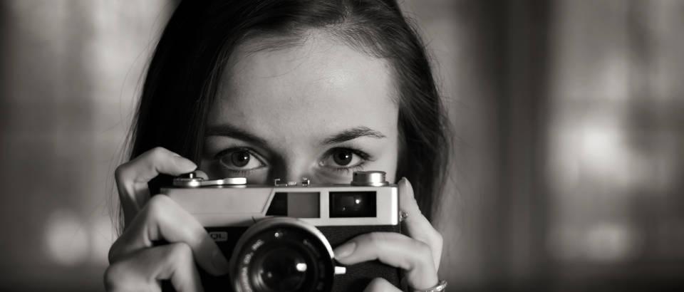 zena-fotografija-slikanje-fotograf-crno-bijelo