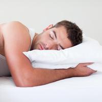 muskarac spava