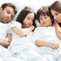 obitelj spava, Shutterstock 280019618